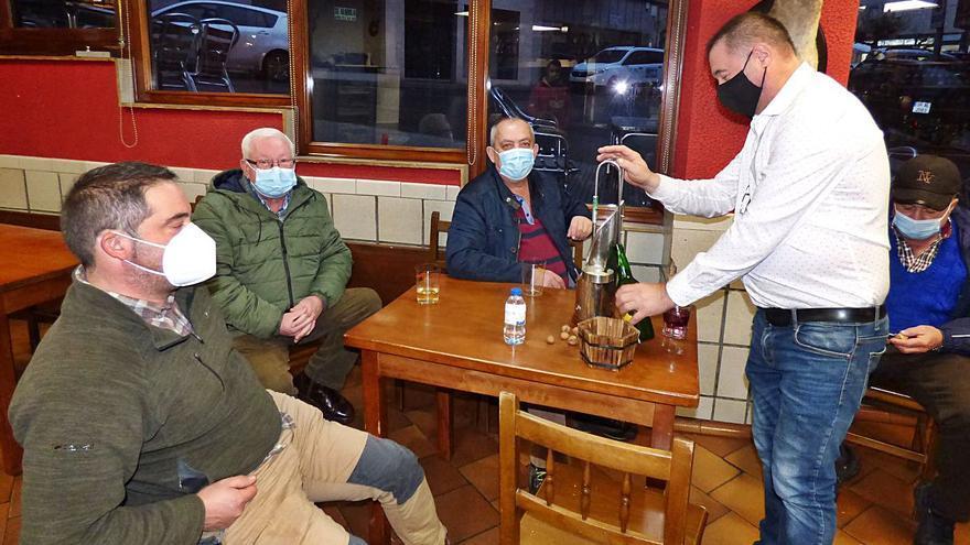 """""""Sin ayudas, en cinco meses cierra la mitad de los bares de Cangas del Narcea"""""""