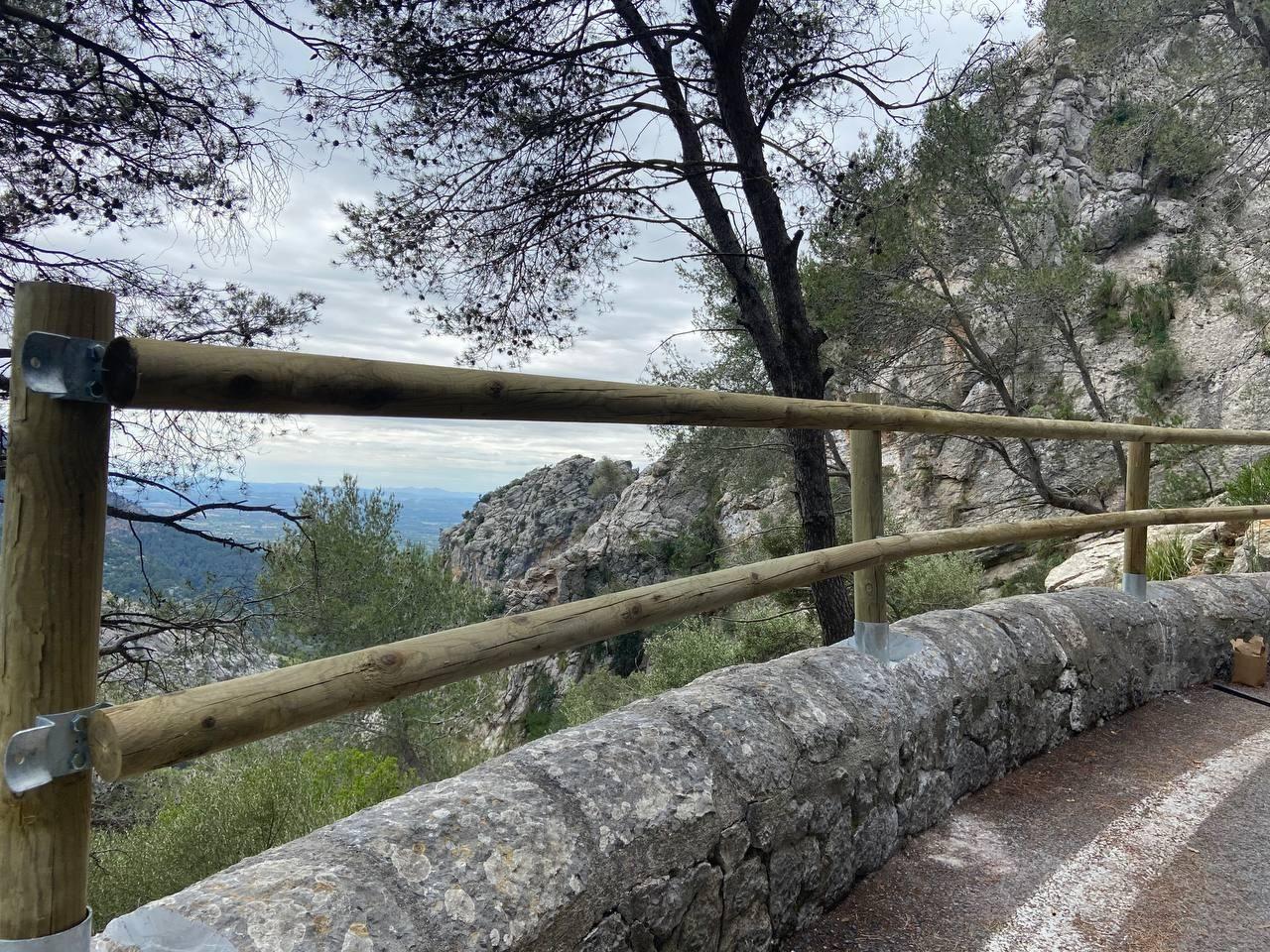 Barreras de madera en las carreteras de la Serra