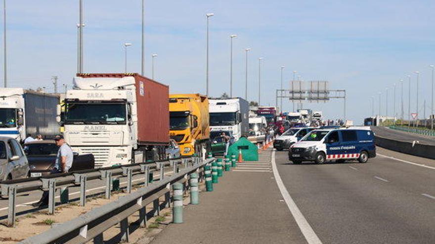 Desenes de conductors atrapats a l'A-2 per la 'Marxa per la Llibertat' a Girona