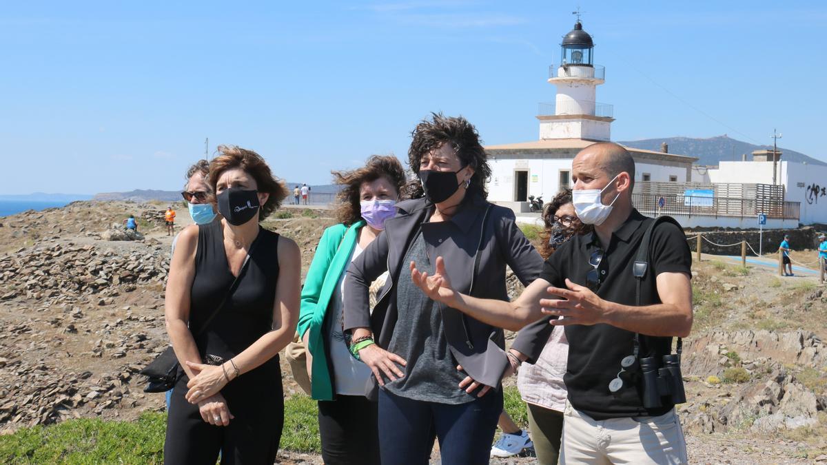 Pla mitjà de la consellera d'Acció Climàtica, Alimentació i Agenda Rural, Teresa Jordà, amb el director del Parc Natural del Cap de Creus Ponç Feliu, i altres autoritats aquest dijous 10 de juny de 2021. (Horitzontal)