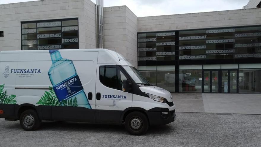 Aguas de Fuensanta dona 1.500 botellas de agua al centro neurológico de Barros
