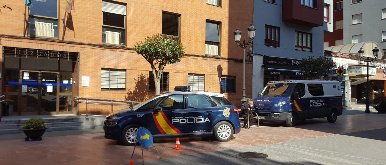 Los vehículos policiales en los que acudieron a declarar los dos detenidos, ayer, ante los juzgados de Langreo.