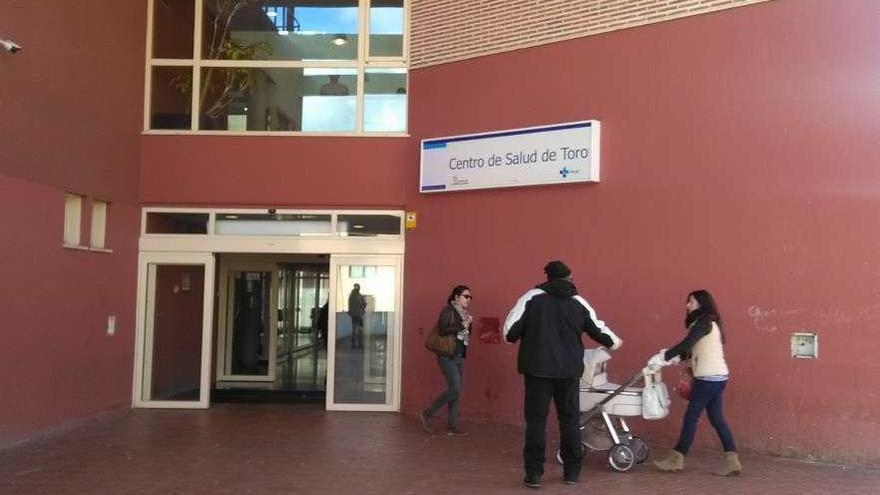Vecinos acceden a la zona de consultas del centro de salud de la ciudad.