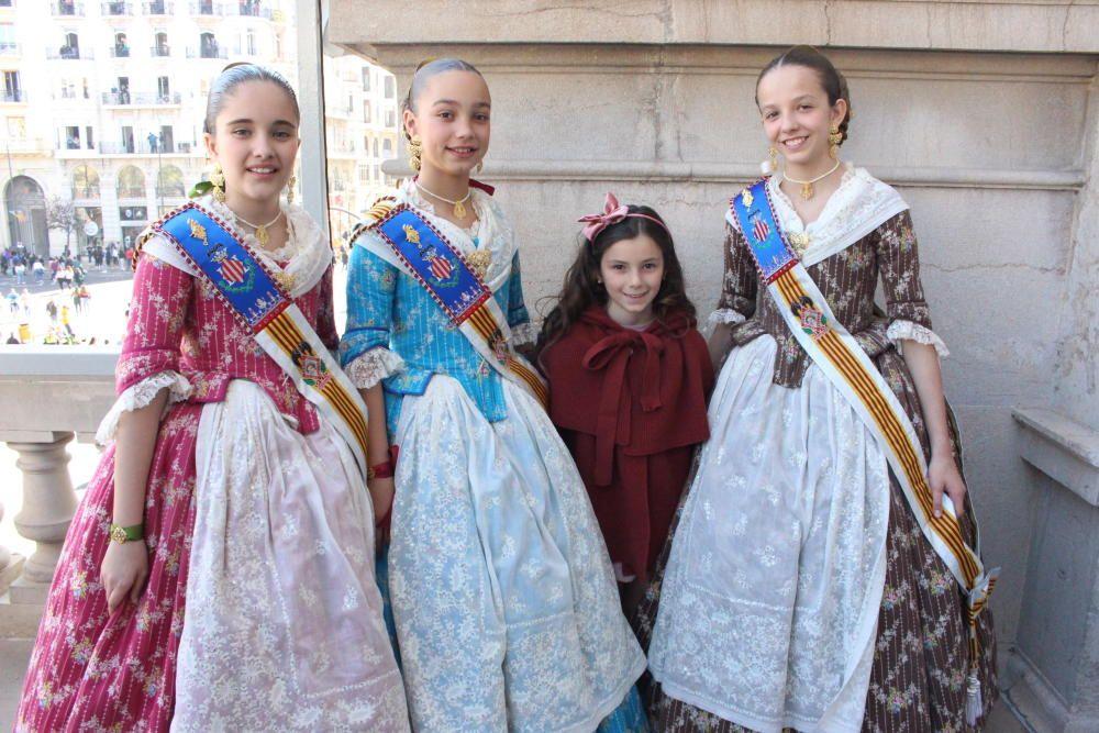 La fallera mayor infantil de Plaza del Negrito, Sonia Vich Remohí, con tres falleras de la corte infantil, Carla, Mimpa y Laura.