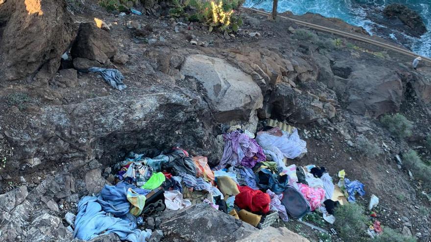 Las laderas de El Confital, vertedero de basura y plásticos