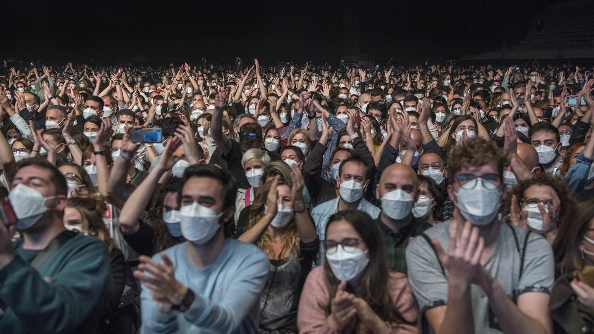 Público asistente al concierto de Love of Lesbian celebrado en el Palau Sant Jordi de Barcelona.