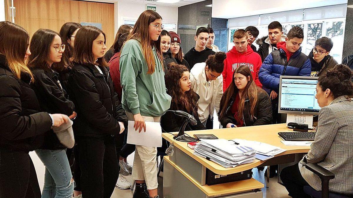 Participantes en el programa en una visita al banco, antes de la pandemia del coronavirus.