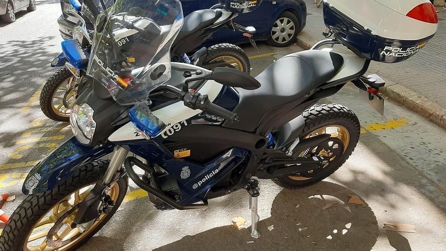 La Policía Nacional de Palma presenta dos nuevas motos eléctricas