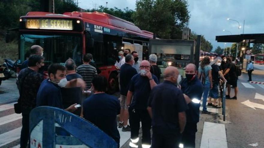 Los paros en la EMT provocan esperas de media hora y colas en algunas paradas