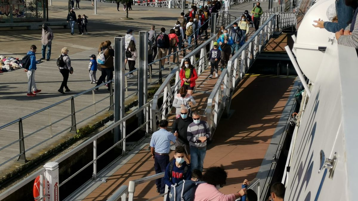 Visitantes llegan a Cíes en el barco desde Vigo y Cangas. | // S.Á.