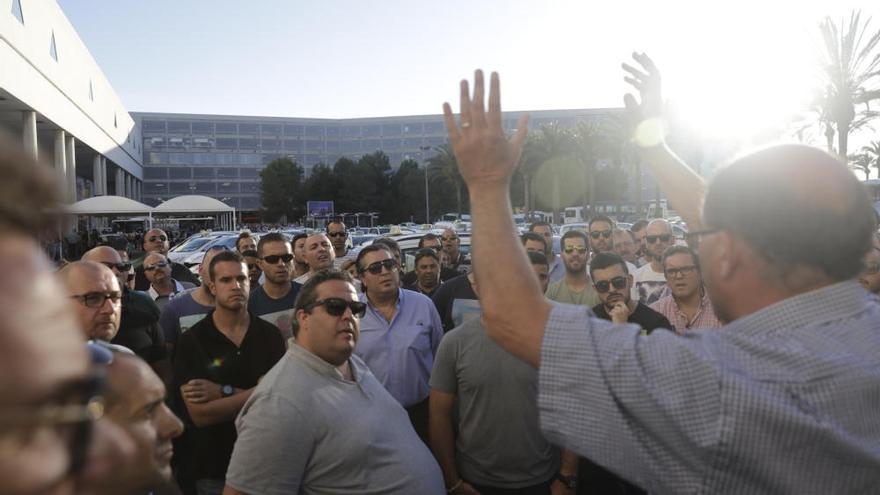 Una bronca entre taxistas y transporte ´pirata´ desata el caos en el aeropuerto