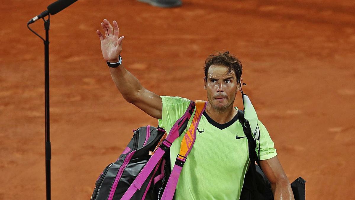 Rafa Nadal se despide de la pista central de Roland Garros después de perder contra Djokovic. |  // REUTERS