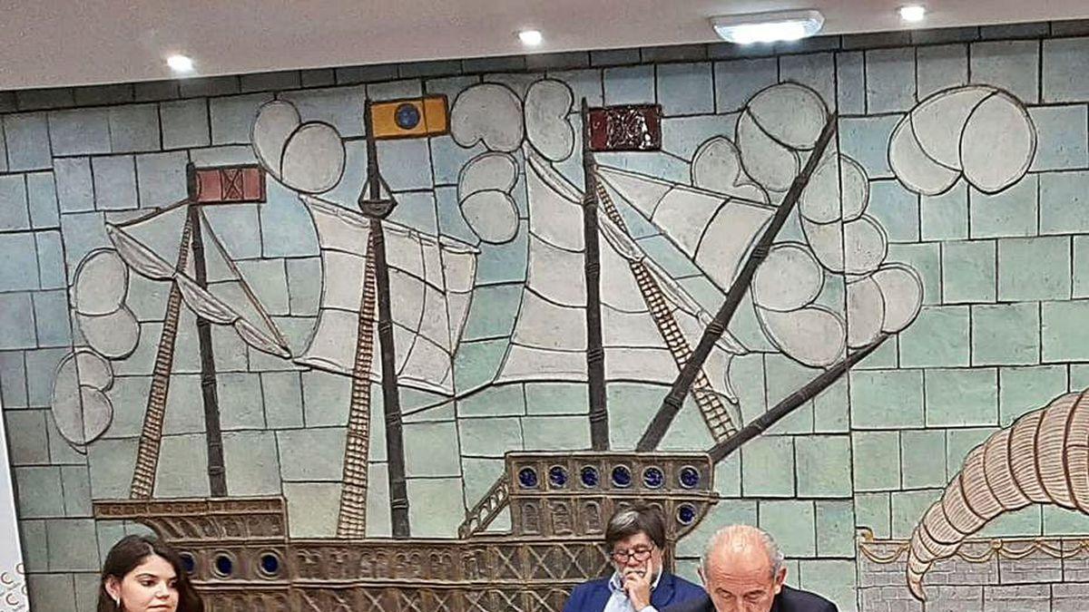 Por la izquierda, la edil avilesina Raquel Ruiz; el alcalde de Illas, Alberto Tirador, y el presidente de la Cámara de Comercio, Luis Noguera, ayer.