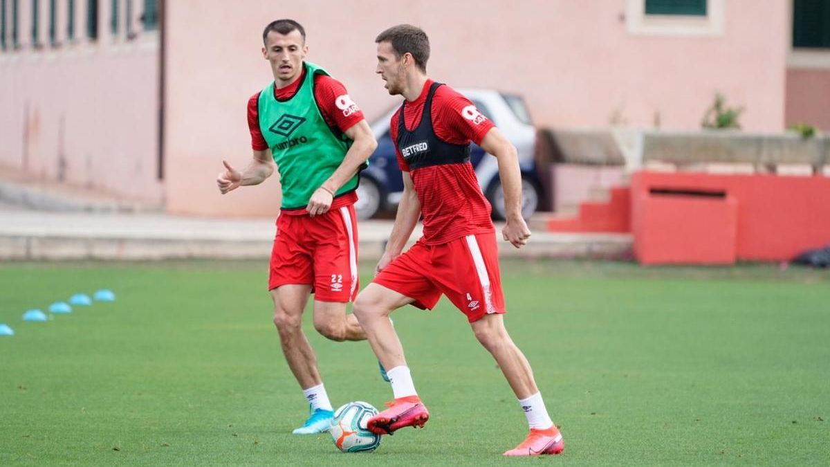 Señé, en el entrenamiento del lunes del Mallorca junto a Budimir.