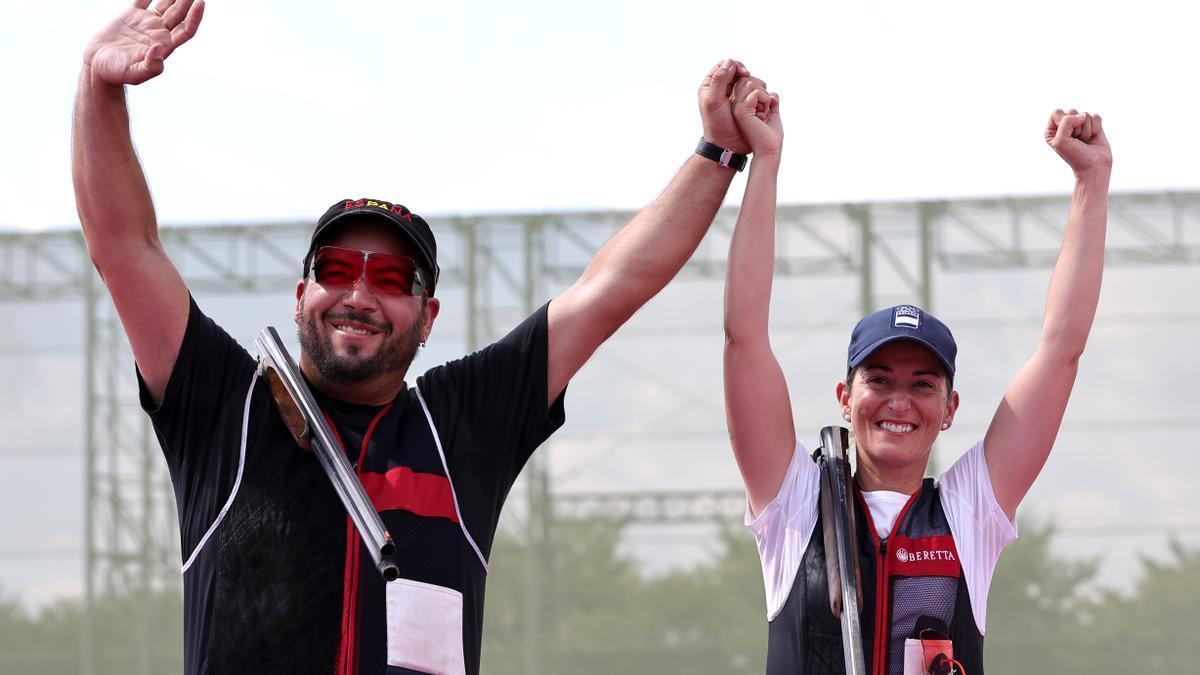 Alberto Fernández y Fátima Gálvez, tras conquistar el título olímpico en equipos mixtos de foso olímpico de tiro al plato.
