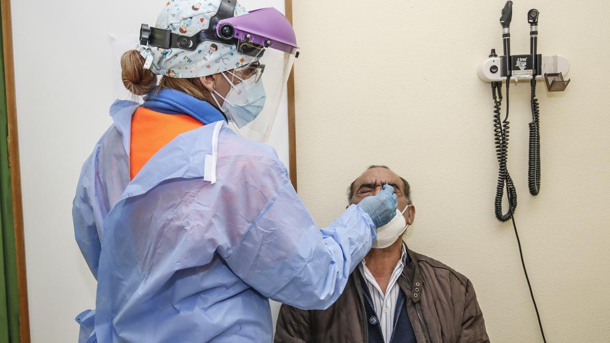 Una sanitaria realiza una prueba para detectar coronavirus a un cacereño en el PAC de la Montaña.