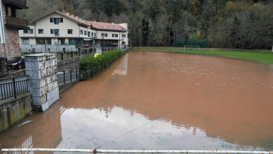 Los ríos asturianos, en crecida por la lluvia y el deshielo