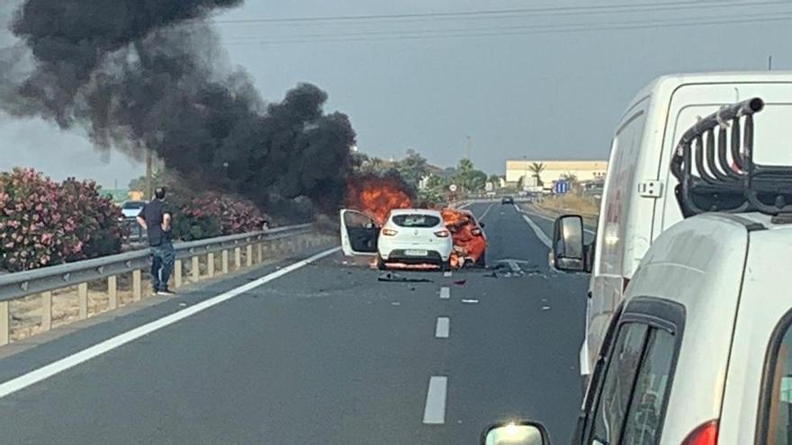 Alarma al chocar dos coches y arder uno de ellos en la A-7 en Murcia