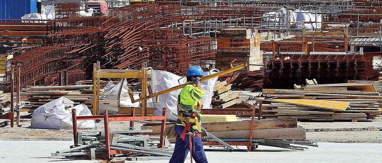 Operario de construcción, en las obras de la estación de tren de Urzáiz de Vigo