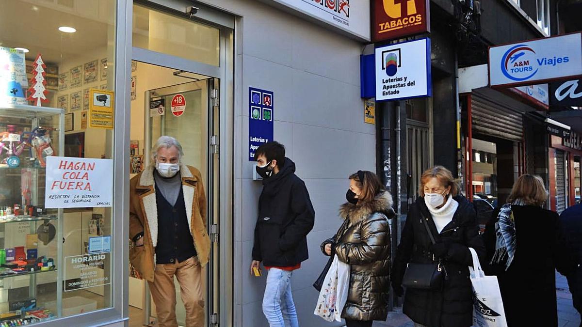 Colas en la administración de la avenida de Finisterre tras dar el tercer premio. |   // CARLOS PARDELLAS