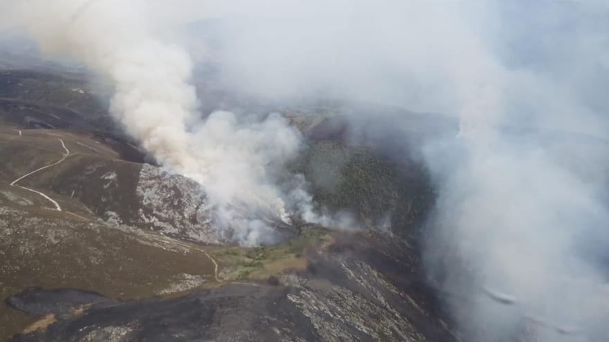 Allande, de nuevo castigado por las llamas: un incendio con tres focos amenaza la sierra protegida de Carondio
