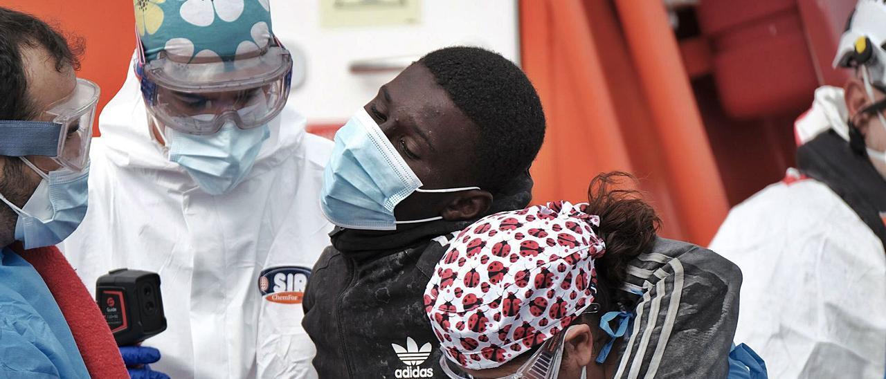 Un migrante recibe esta semana asistencia sanitaria a su llegada a Gran Canaria tras ser rescatado por Salvamento Marítimo . | | ÁNGEL MEDINA G. /EFE