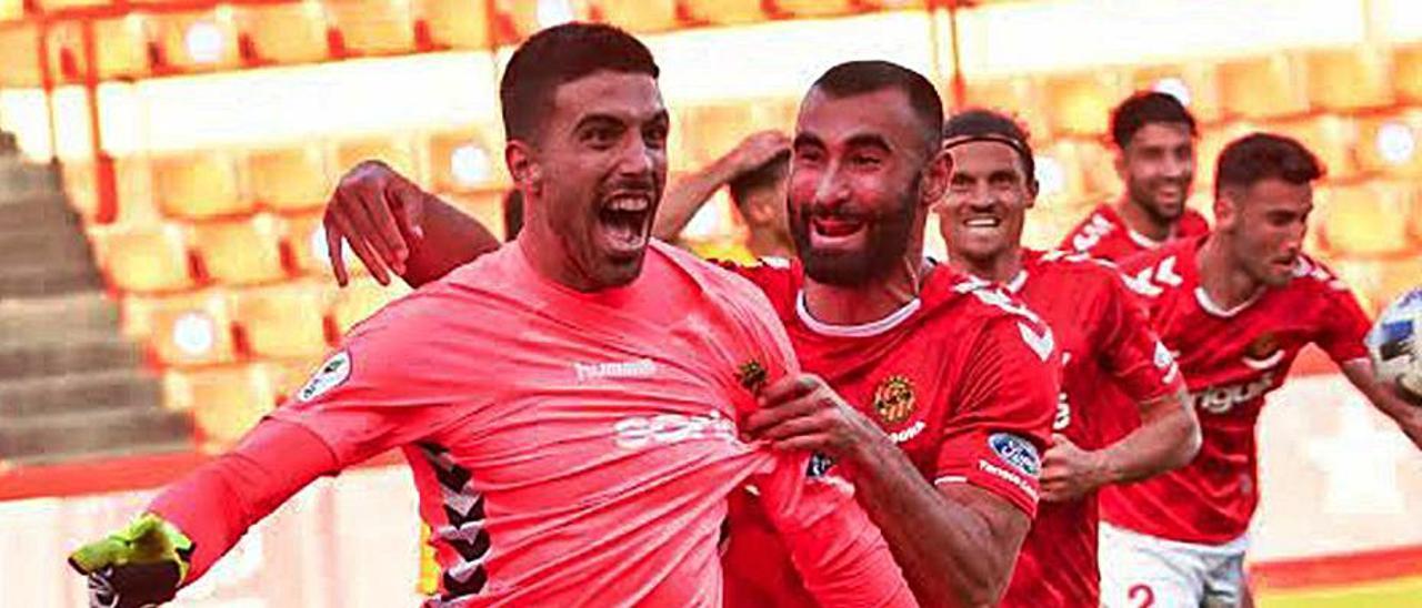 José Aurelio celebra su gol, perseguido por sus compañeros.