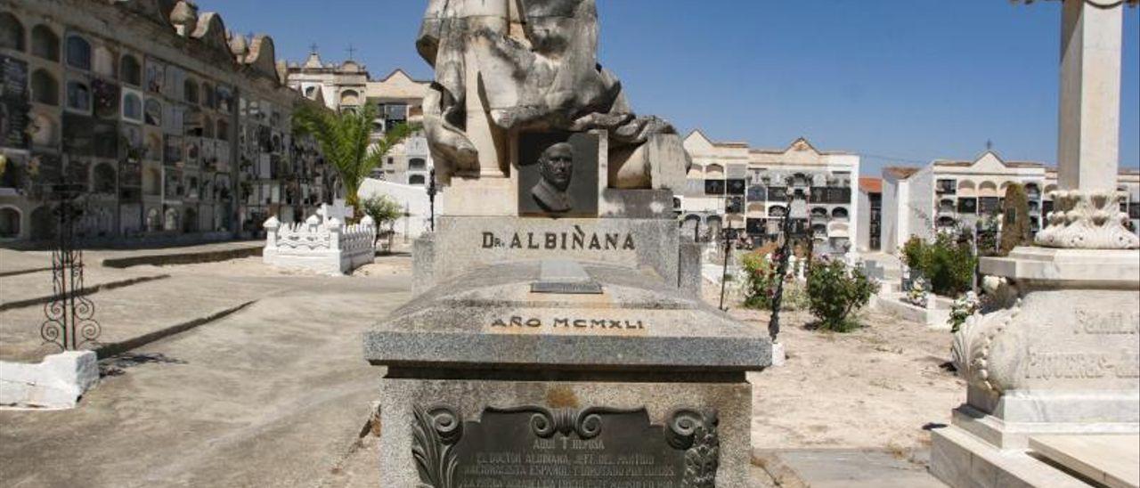Mausoleo construido en memoria del doctor Albiñana en el cementerio de Enguera.