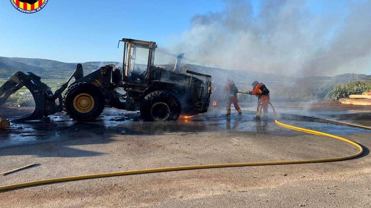 Bomberos de Vallada, Ontinyent y Alzira sofocan un incendio en una empresa de la Font de la Figuera