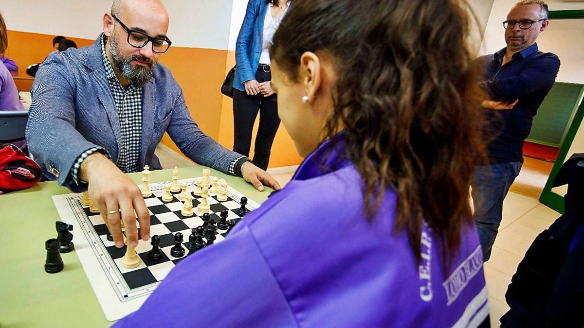 El concejal de Deportes, Aridany Romero, juega al ajedrez con una escolar durante una visita a un centro educativo | | LP/DLP