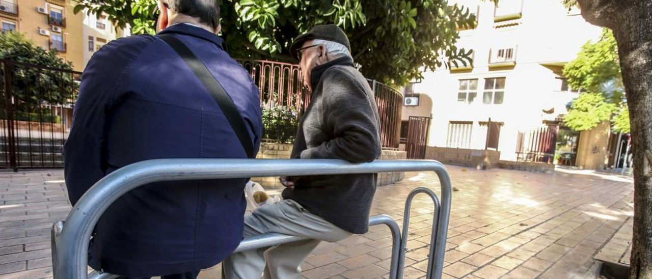 Dos vecinos descansan en uno de los bancos isquiáticos instalados en la avenida de Pintor Baeza.