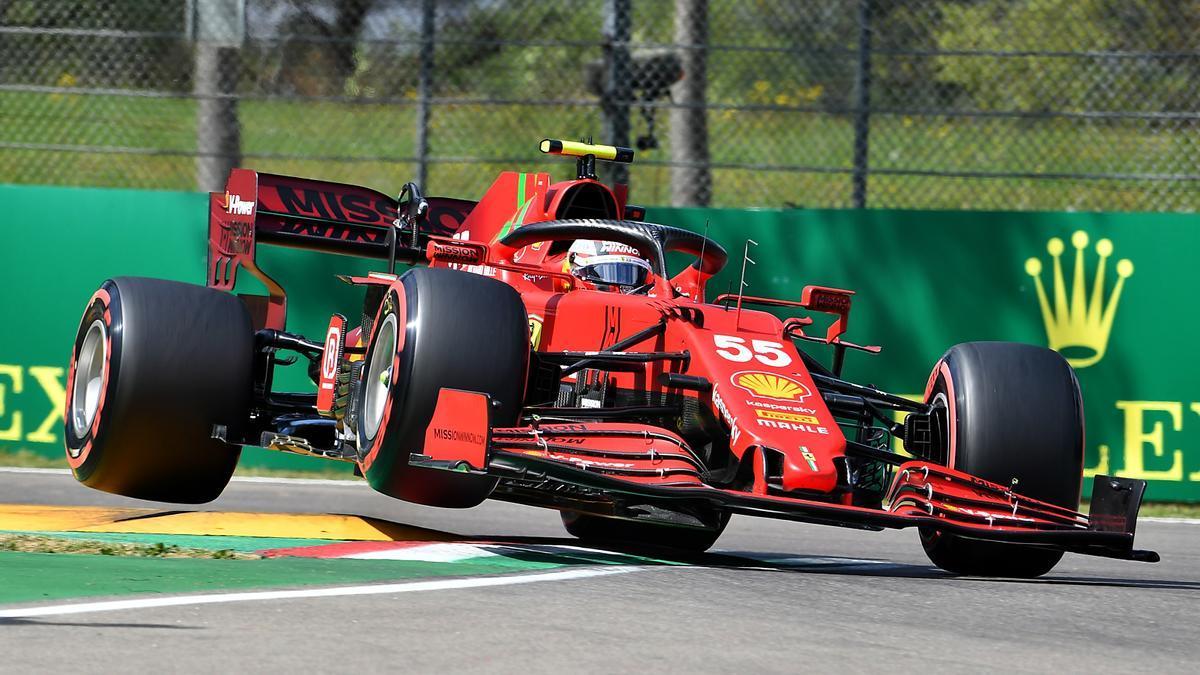 El piloto madrileño Carlos Sainz a los mandos del Ferrari.