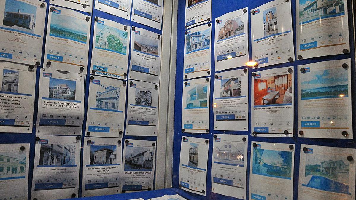 Carteles de viviendas en venta en una inmobiliaria. |   // GONZALO NÚÑEZ