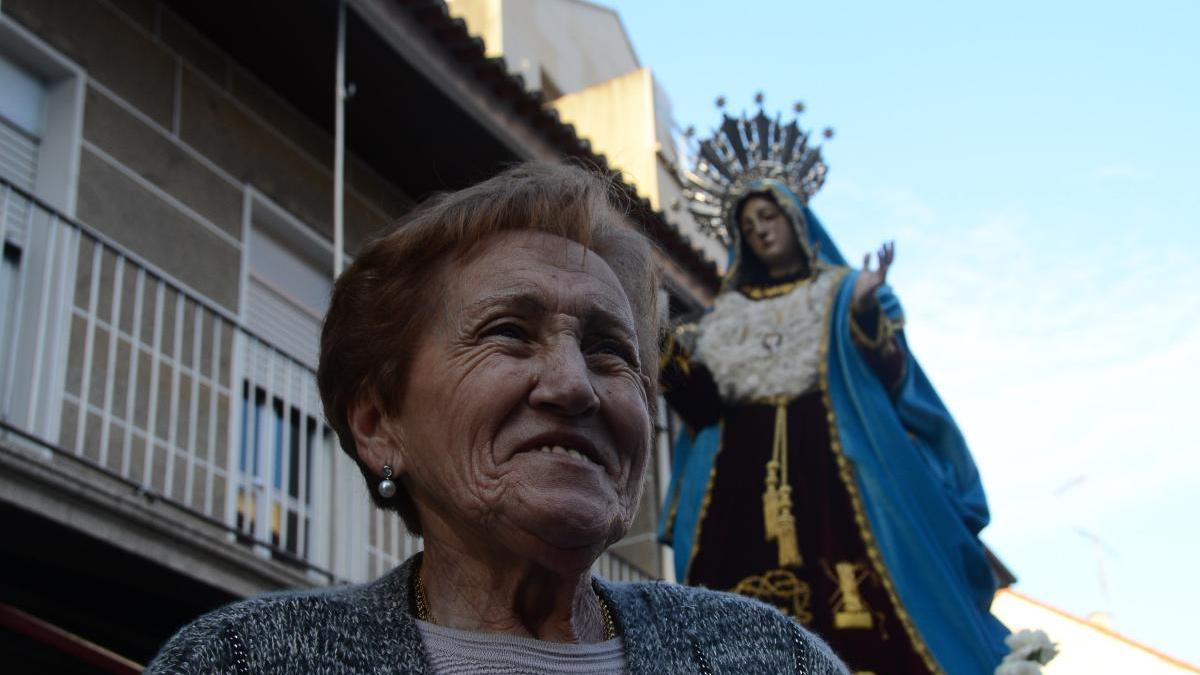 María Acuña con la Virgen de los Dolores detrás, en uno de los traslados de la imagen en Cangas.// G.N.