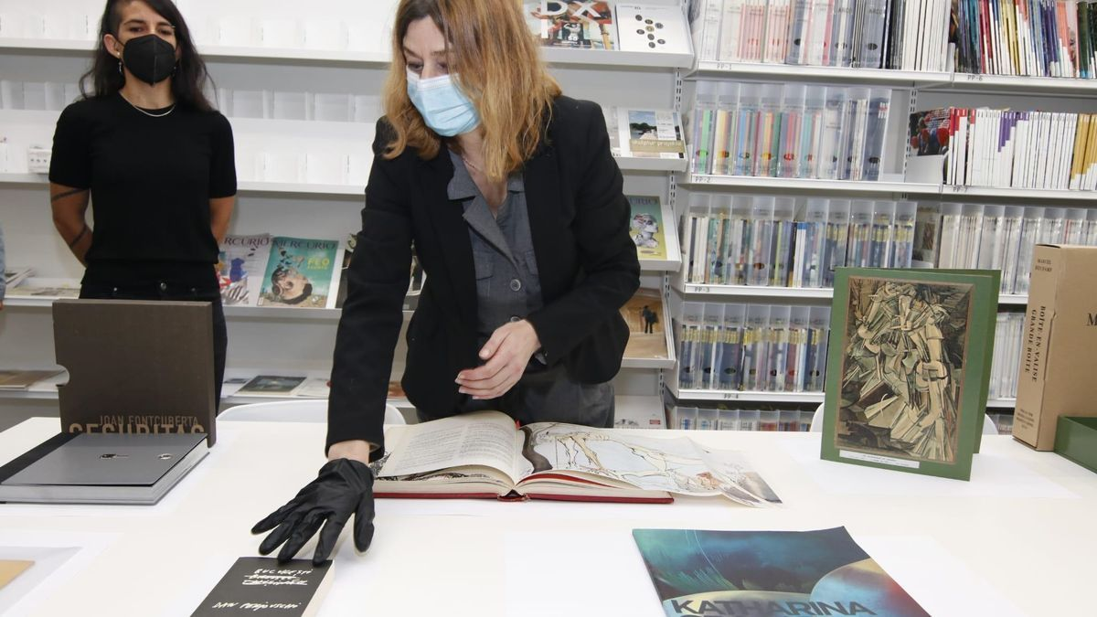 María Jesús Ávila muestra uno de los ejemplares de la biblioteca del Helga de Alvear, este miércoles.