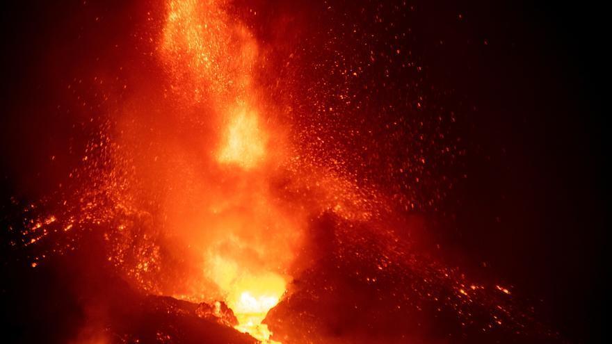 Cae parte del cono principal del volcán Cumbre Vieja