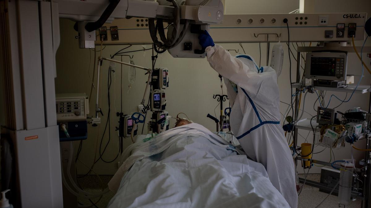 Un paciente con COVID en la UCI.