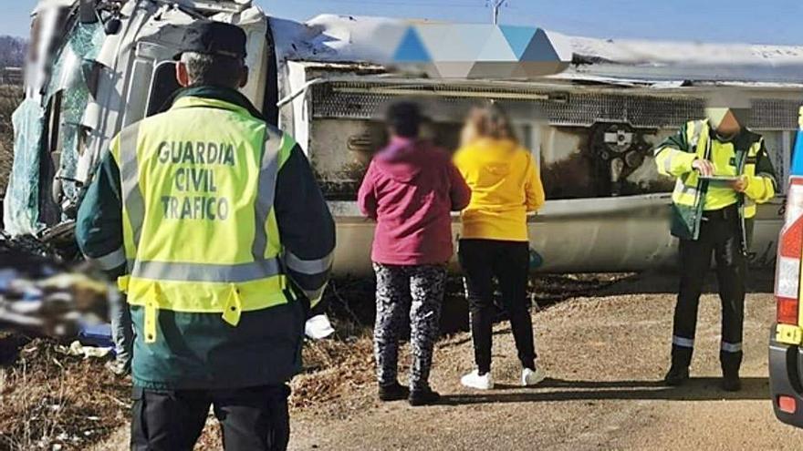 Un herido leve por el vuelco de un camión cargado de gasoil en Matilla