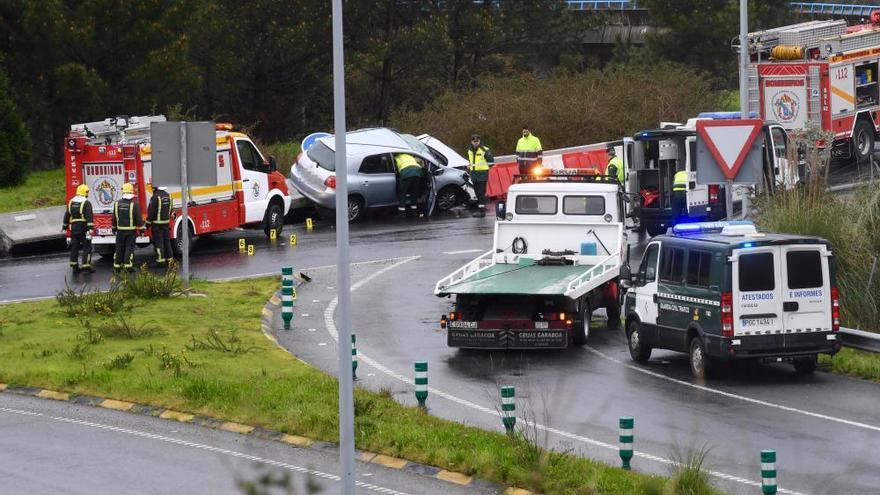 Fallece una mujer tras volcar su coche en la rotonda de Ledoño