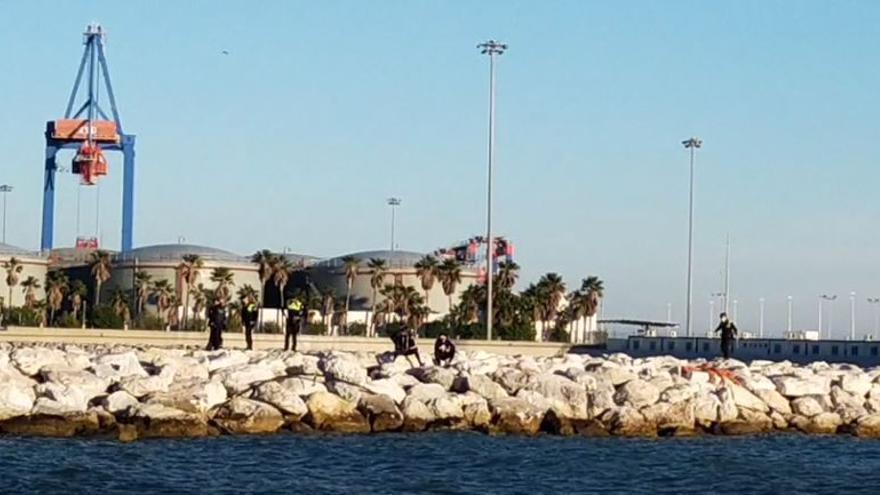 Rescatan un cadáver flotando junto al espigón de la playa de San Andrés