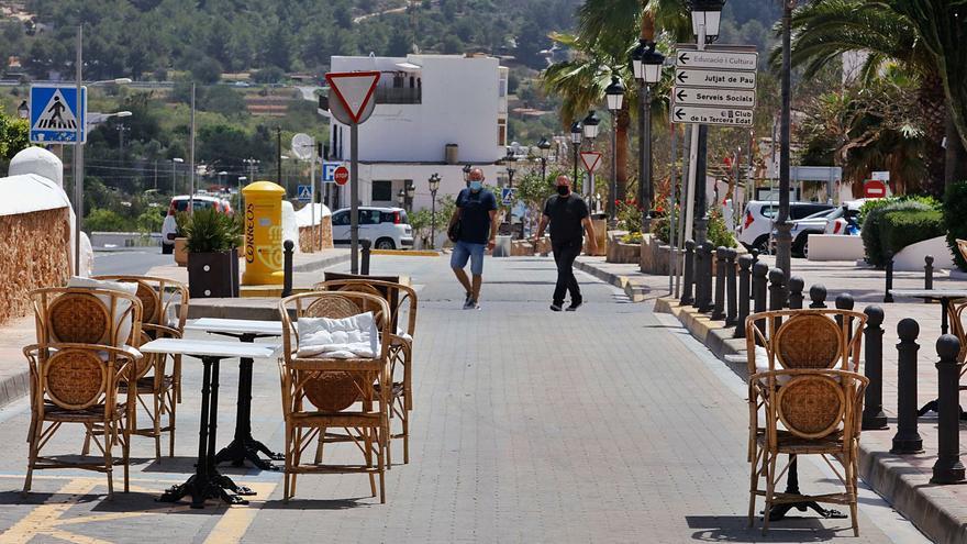 La eliminación de 20 plazas de 'parking' solivianta a los comerciantes de Sant Josep