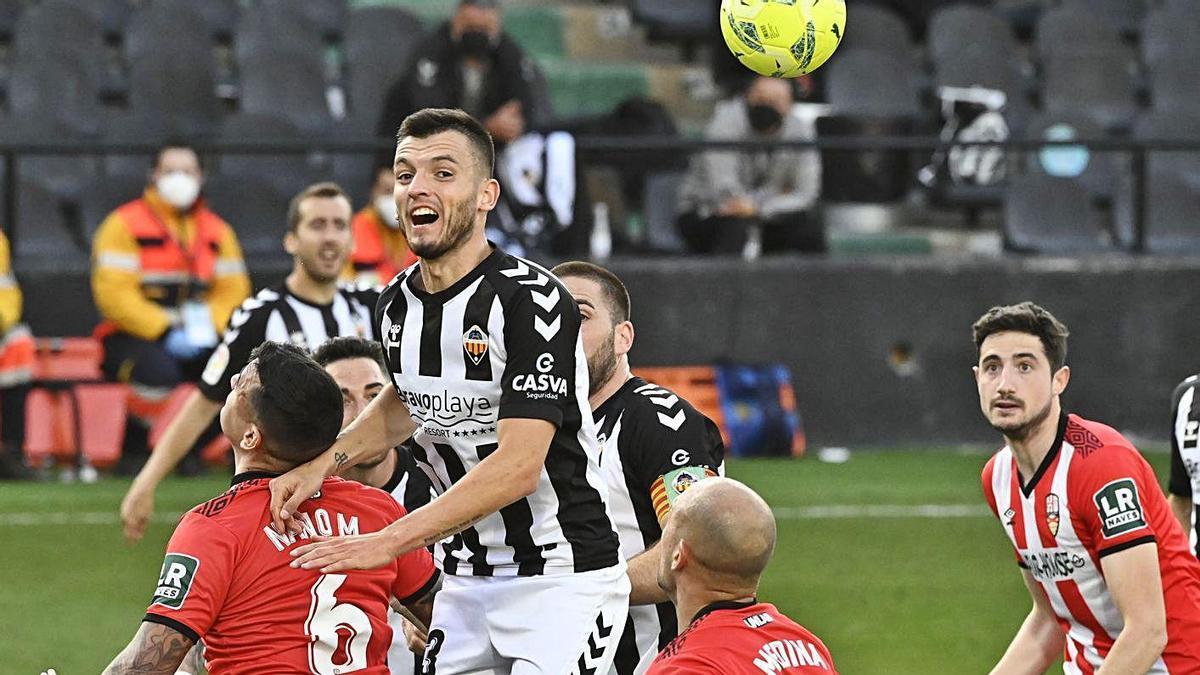 Adrián Lapeña salta de cabeza durante un partido con el Castellón.    // MANOLO NEBOT
