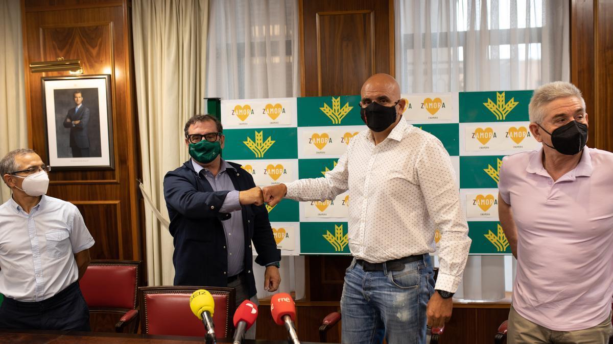Narciso Prieto y José Antonio Quintana escenifican el acuerdo entre Caja Rural y Balonmano Zamora