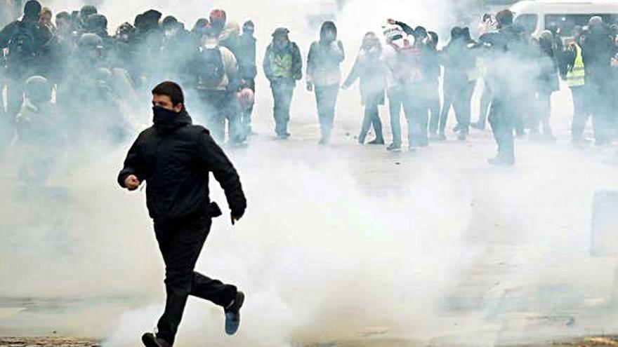 Enfrontaments a París per l'aniversari de les protestes dels armilles Grogues