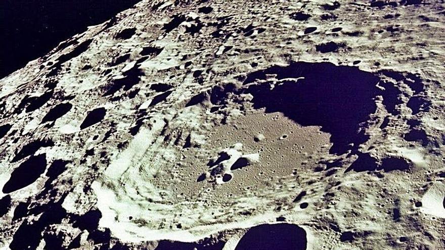 Hallan datos inequívocos de agua en la Luna y bolsas para albergarla