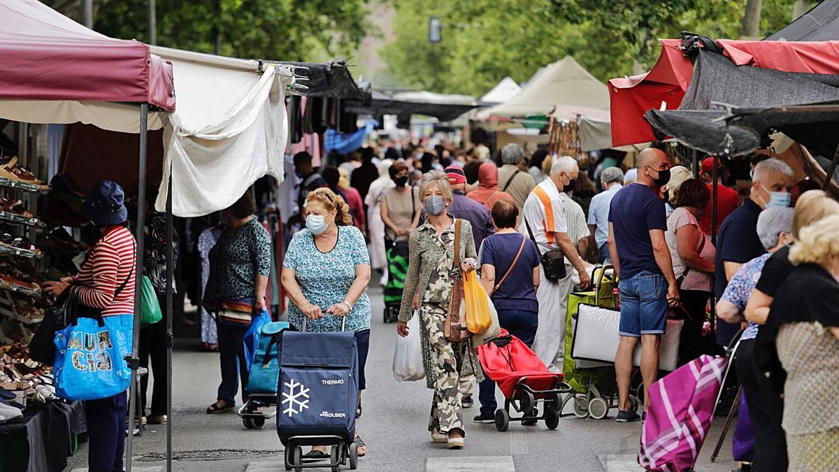 Uno de los mercados de mayor tamaño de Murcia es el que se celebra los jueves en La Fama. |