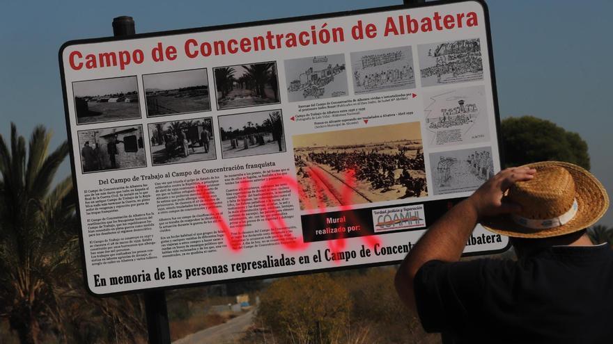 Atacan con pintadas el cartel del campo de concentración de Albatera