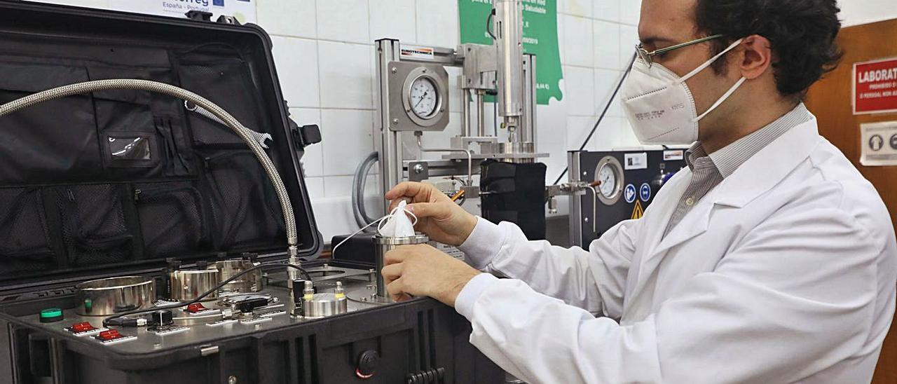 Un investigador, en el laboratorio donde trabaja en Santiago, en una imagen de archivo.
