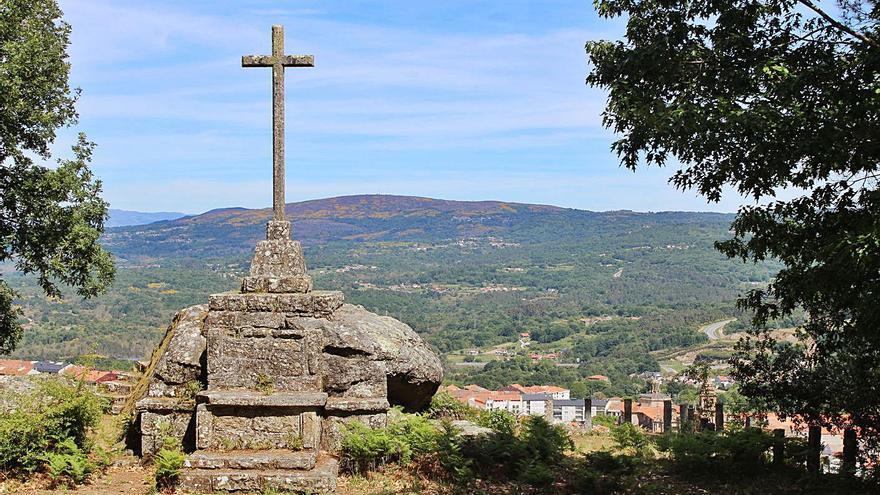 La memoria histórica une voces para reclamar la retirada de la cruz falangista de Celanova