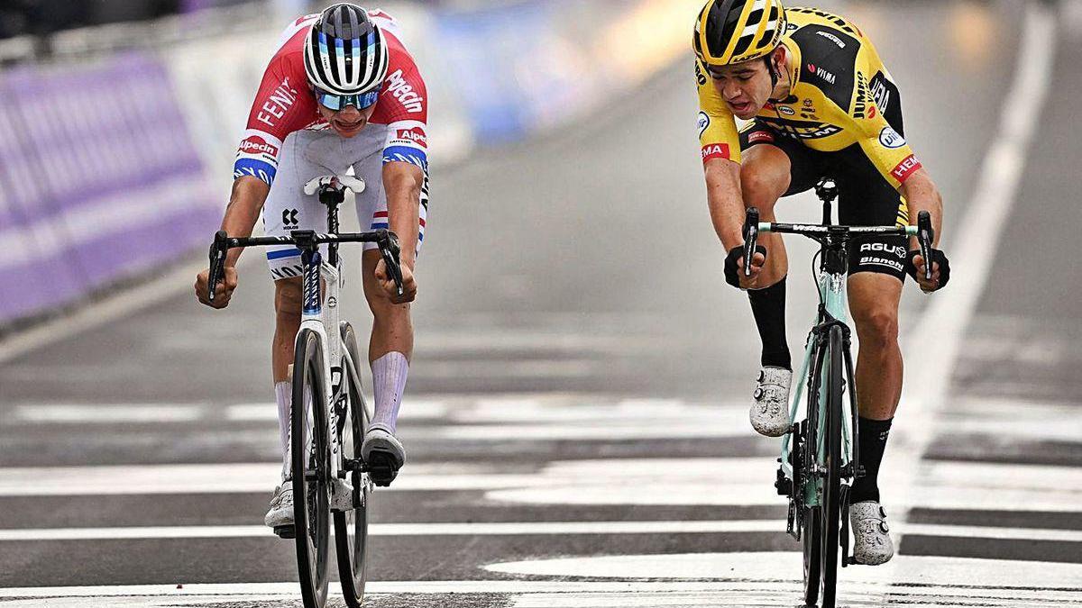 Van der Poel supera a Van Aert en la línea de meta del Tour de Flandes.
